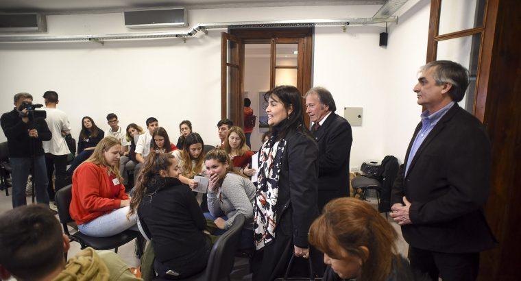 Se capacita a los estudiantes que serán guías en la muestra itinerante de Ana Frank