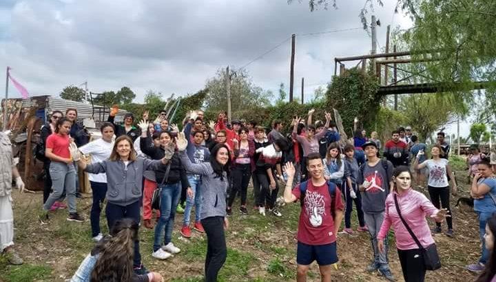 Estudiantes se sumaron a limpiar el Río Paraná