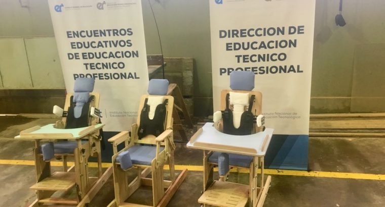 Estudiantes de escuelas técnicas aprenden a construir sillas posturales y arnés en Colón
