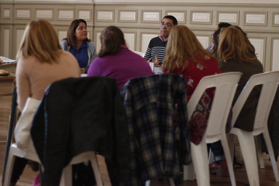 Ariel Rotondo dialogando con referentes