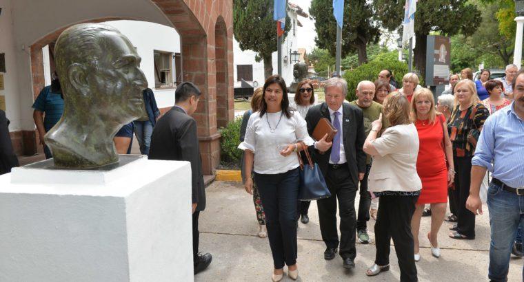 Se colocaron los bustos restaurados de Eva y Juan Domingo Perón en el Complejo Escuela Hogar