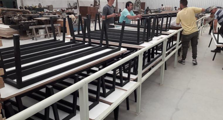 El taller industrial volvió a producir y entregó sus primeros mobiliarios